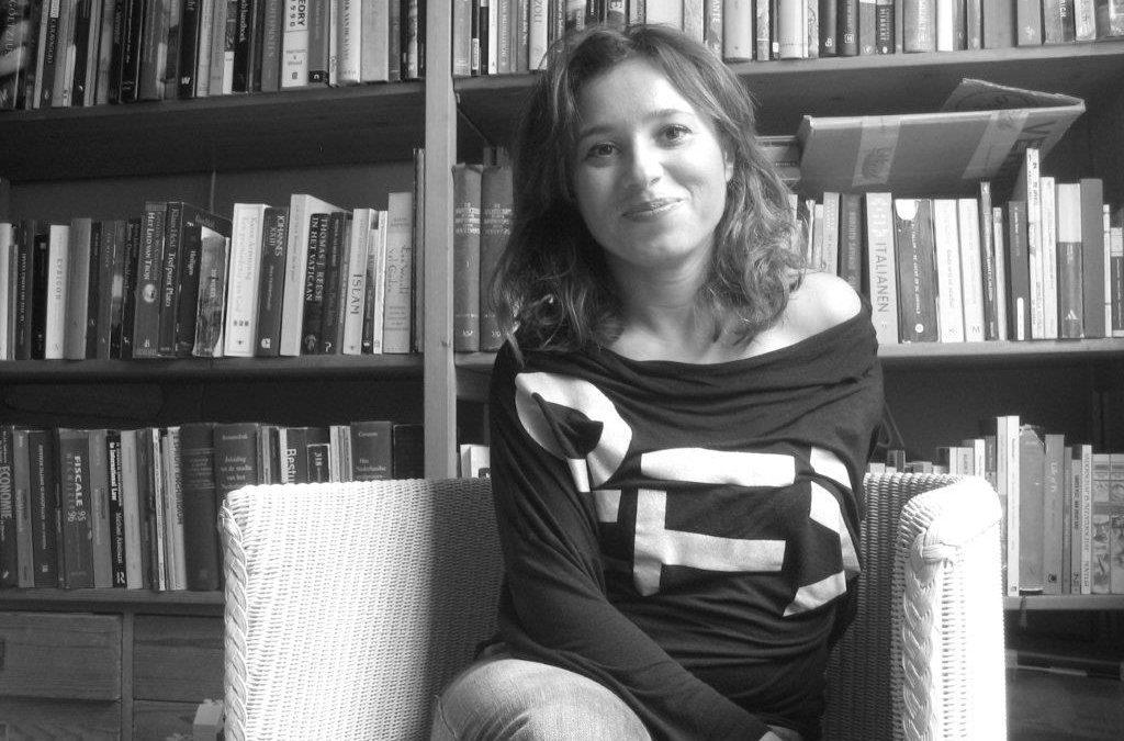 Daniela Russo in front of bookshelf